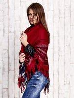 Czerwona dzianinowa chusta z frędzlami