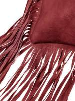Czerwona kopertówka z frędzlami w stylu boho