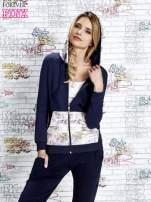 Granatowa bluza z kapturem i motywem newspaper print