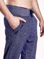 Granatowe melanżowe spodnie męskie z zasuwanymi kieszeniami