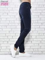 Granatowe spodnie skinny jeans biker z przeszyciami