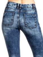 Granatowe spodnie skinny jeans z lekkim dekatyzowaniem