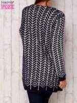 Granatowy wełniany sweter z kieszeniami