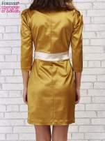 Jasnobrązowa sukienka ze srebrnym paskiem