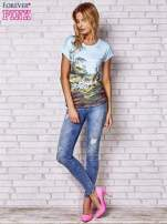 Jasnonibieski t-shirt z nadrukiem krajobrazowym