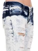 Jasnoniebieskie dekatyzowane spodnie jeansowe rurki z przetarciami i dziurami cut out