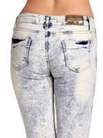 Jasnoniebieskie spodnie jeansowe dzwony z przetarciami