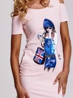 Jasnoróżowa sukienka dresowa cut out shoulder z nadrukiem dziewczyny