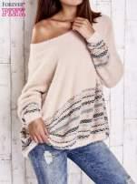 Jasnoróżowy włochaty sweter oversize z kolorową nitką