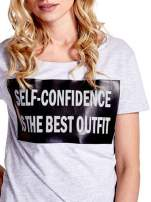 Jasnoszary t-shirt z napisem SELF-CONFIDENCE IS THE BEST OUTFIT