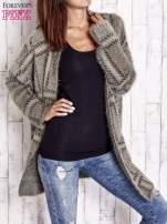 Khaki sweter w kratę z kieszeniami
