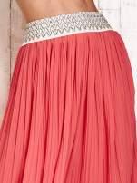 Koralowa plisowana spódnica maxi z pasem przeszywanym metaliczną nicią