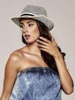 Kremowy kapelusz słomiany z dużym rondem i ciemną wstążką
