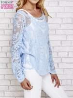 Niebieski ażurowy sweterk mgiełka z rozszerzanymi rękawami