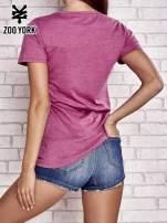 Purpurowy t-shirt z naszytym napisem