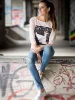 Różowa bluzka z nadrukiem kobiety i napisem UNIQUE