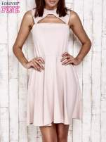 Różowa sukienka dresowa z dekoltem cut out z kokardą