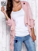 Różowy otwarty sweter z podwijanymi rękawami