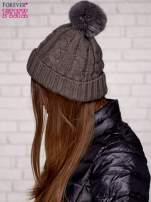 Szara wywijana czapka z pomponem