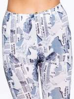 Szare legginsy z motywem newspaper print