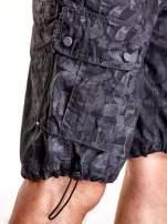 Szare szorty męskie z nadrukiem i materiałowym paskiem