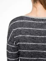 Szary melanżowy sweter z pasiastym tyłem i rękawami