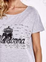 Szary t-shirt z ozdobnym napisem i kokardą