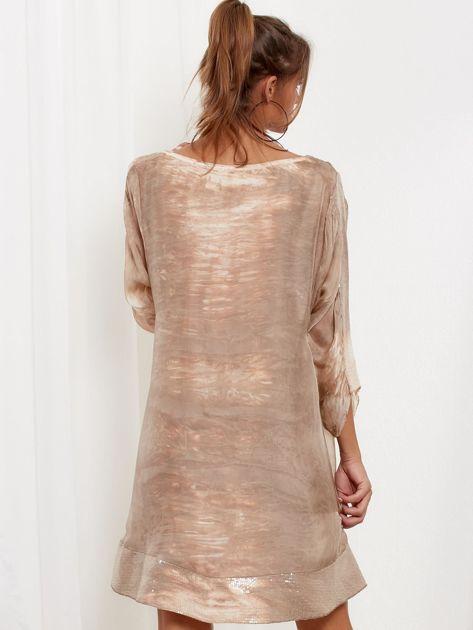 SCANDEZZA Beżowa sukienka oversize z cekinami w malarski deseń                              zdj.                              2