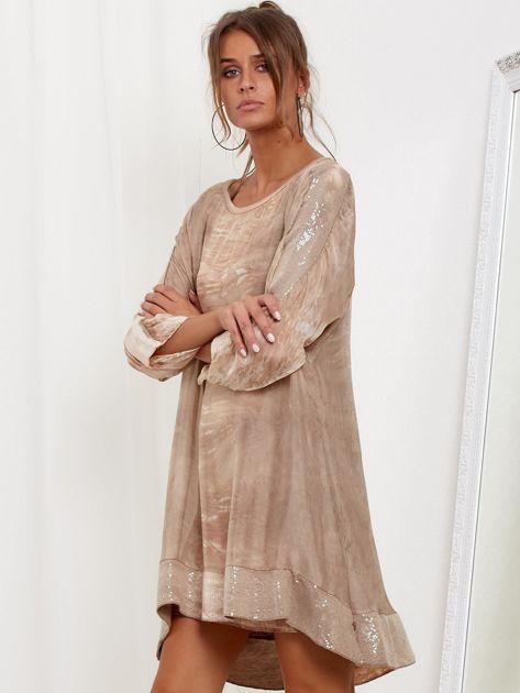 Beżowa sukienka oversize z cekinami w malarski deseń                              zdj.                              3
