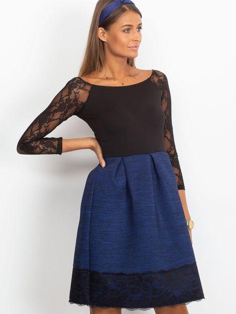 Ciemnoniebieska sukienka z koronkową lamówką                              zdj.                              2