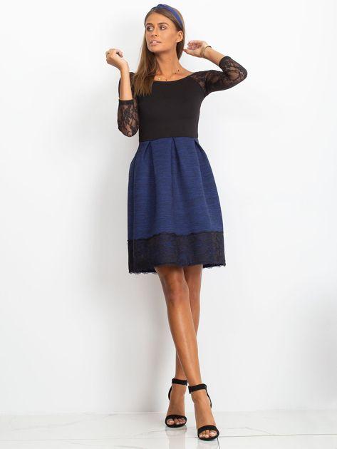 Ciemnoniebieska sukienka z koronkową lamówką                              zdj.                              5
