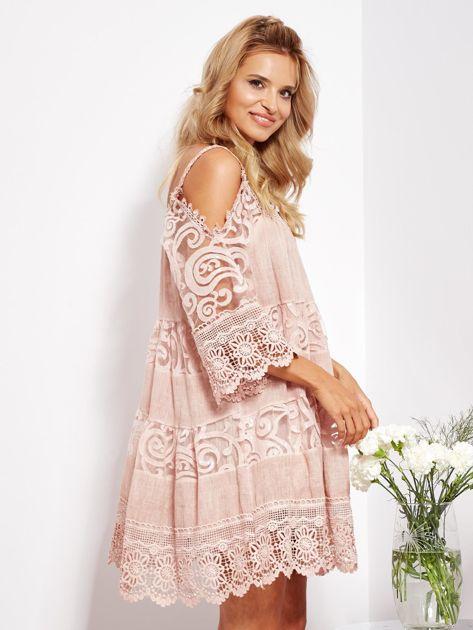 Pudroworóżowa sukienka cold shoulder z koronką i cekinowym haftem                              zdj.                              6