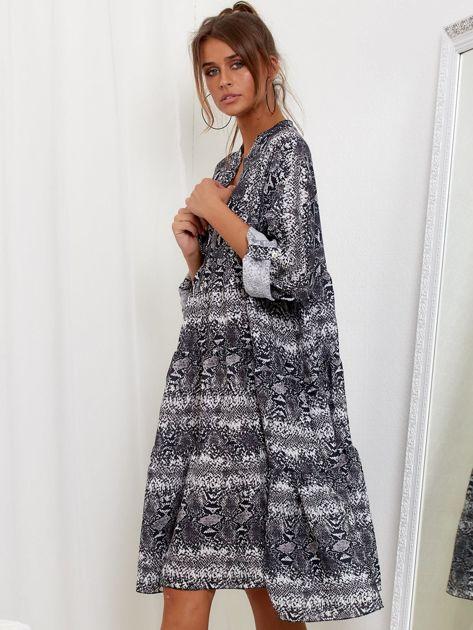Szara sukienka oversize w wężowy wzór                              zdj.                              3