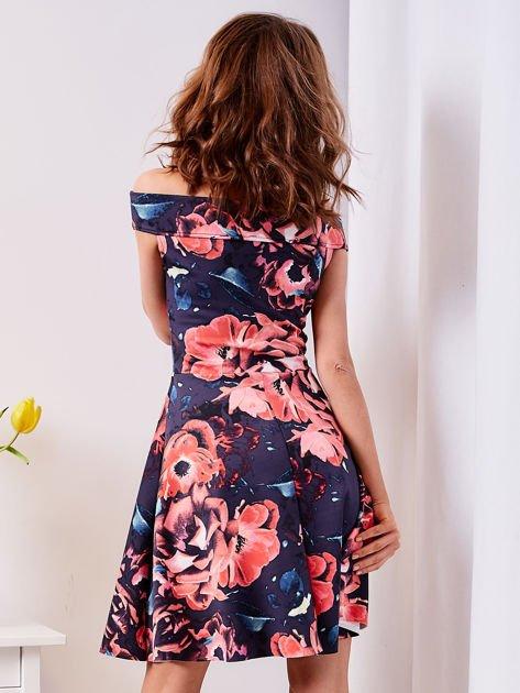 Rozkloszowana sukienka w duże kwiaty granatowa                              zdj.                              2