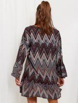 SCANDEZZA Szaro-bordowa sukienka w geometryczny nadruk                                  zdj.                                  2