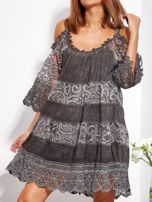 Grafitowa sukienka cold shoulder z koronką i cekinowym haftem                                  zdj.                                  2