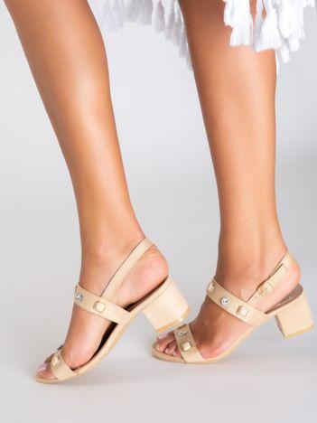 Beżowe sandały na klocku, zdobione mieniącymi się kamieniami