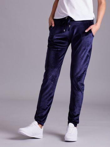 Aksamitne spodnie dresowe z troczkami granatowe