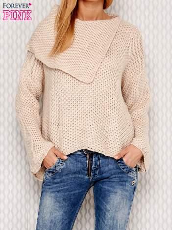Asymetryczny sweter z szerokim kołnierzem beżowy