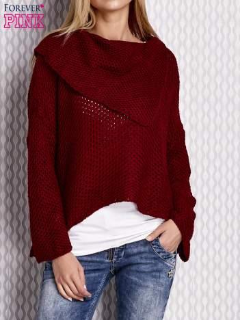 Asymetryczny sweter z szerokim kołnierzem bordowy