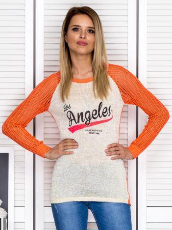 Ażurowy pomarańczowy sweter z napisem