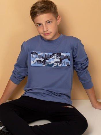 Bawełniana niebieska bluza dla chłopca z moro naszywką
