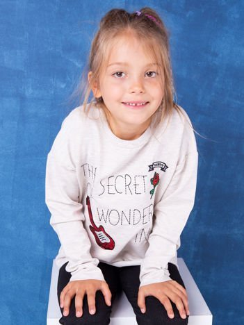 Beżowa bluza dla dziewczynki z naszywkami i surowym wykończeniem