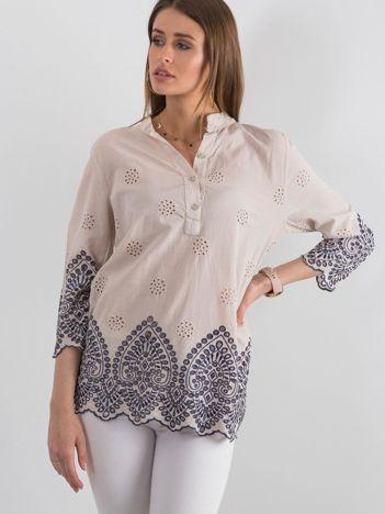 Beżowa bluzka z ażurowym wykończeniem