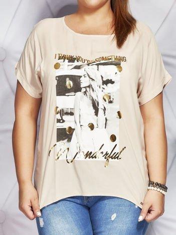 Beżowa bluzka z fotograficznym nadrukiem PLUS SIZE