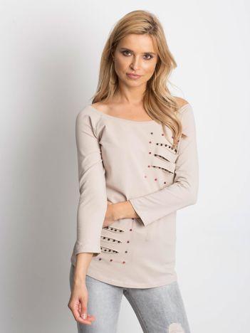 Beżowa bluzka z kolorowymi perełkami i rozcięciami