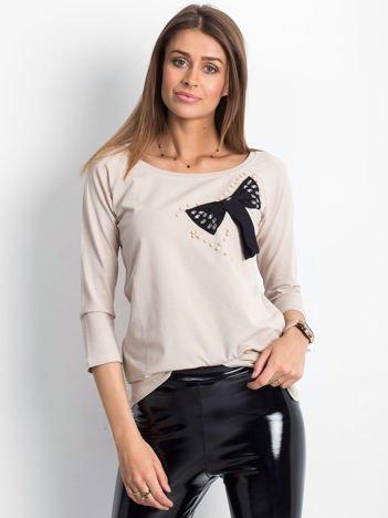 Beżowa bluzka z ozdobną kokardą