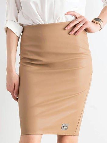 Beżowa ołówkowa spódnica ze skóry ekologicznej