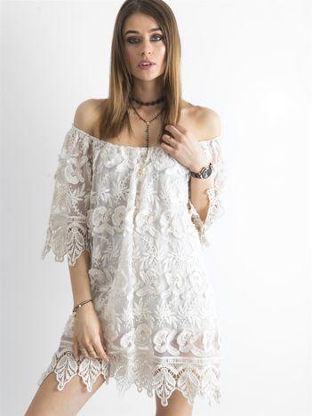 Beżowa sukienka odsłaniająca ramiona