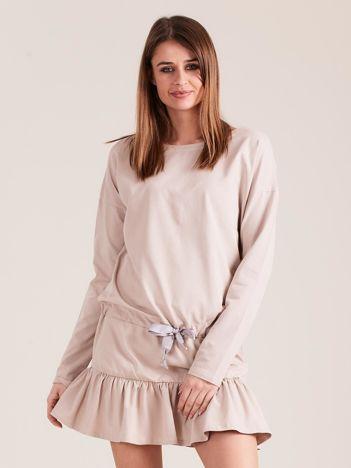 Beżowa sukienka oversize z falbaną